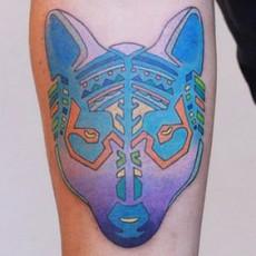 Татуировка в цвете на предплечье парня - зверь