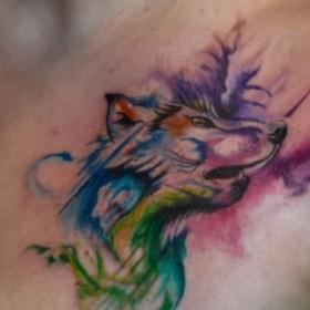 Акварельная тату на груди девушки - волк