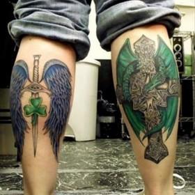 Фото цветных татуировок крыльев и креста в готическом стиле на голени парня