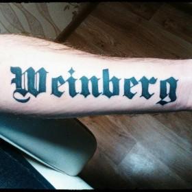 Фото тату надписи в готическом стиле на предплечье парня