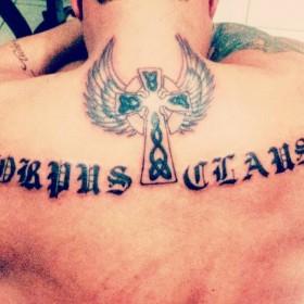 Фото тату надписи в готическом стиле на спине мужчины