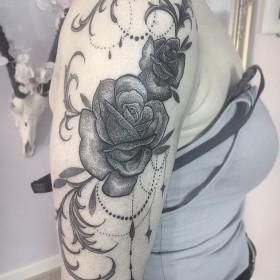 Фото тату роз в готическом стиле на плече девушки