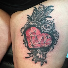 Фото тату в готическом стиле на бедре девушки