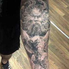 Фото тату в языческом стиле на рукаве парня
