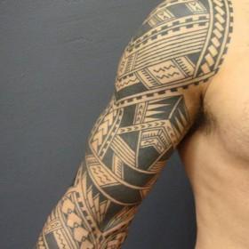 Фото тату в самоанском стиле на рукаве парня