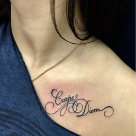 Фото тату в стиле надписи на ключице девушки