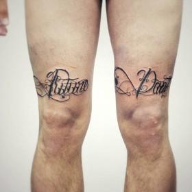 Фото тату в стиле надписи на ногах парня