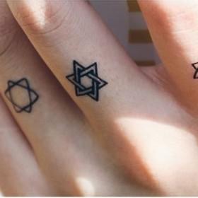 Фото тату звезды давида в еврейском стиле на пальцах парня