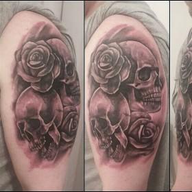 Фото татуировки черепа с розами в готическом стиле на плече парня