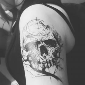 Фото татуировки черепа в готическом стиле на плече девушки