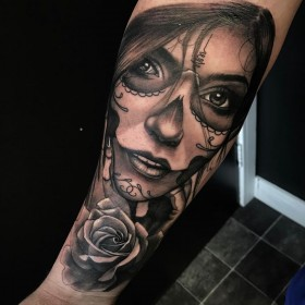 Фото татуировки девушки в готическом стиле на предплечье парня