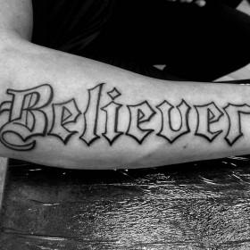 Фото татуировки надписи в <i>тату на предплечье готический стиль</i> готическом стиле на предплечье парня
