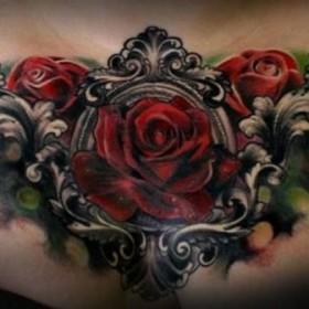 Фото татуировки роз в готическом стиле на груди девушки