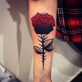 Фото татуировки розы в готическом стиле на предплечье девушки