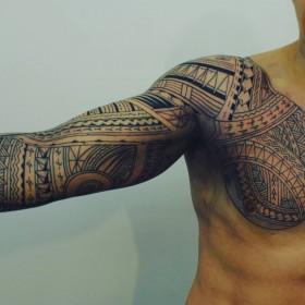 Фото татуировки в самоанском стиле на рукаве парня