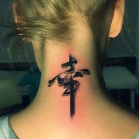 Фото татушки иероглифа на шее девушки