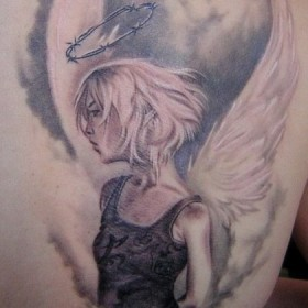 Красивая тату на лопатке у девушки - ангел в виде девушки