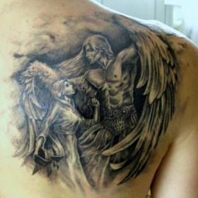 Красивая тату на лопатке у девушки - ангел в виде парня и девушка