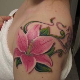Красивая тату на плече девушки в виде лилии