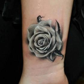 Красивая татуировка на запястье у девушки - роза