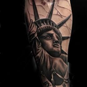 Крутая татуировка статуи свободы на предплечье мужчины