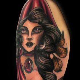 Крутая татуировка ведьмы на плече девушки