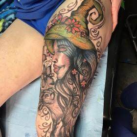 Крутое изображение ведьмы на бедре женщины