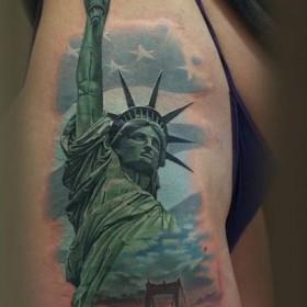 Крутое тату статуи свободы на бедре девушки
