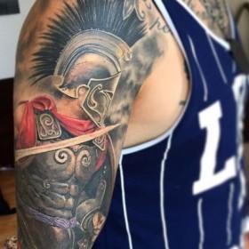 Крутой рисунок гладиатора на плече парня