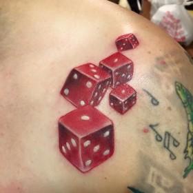 Крутой рисунок кубиков на ключице мужчины