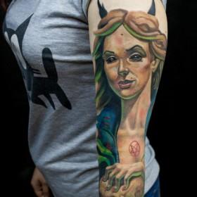 Крутой рисунок ведьмы на руке девушки