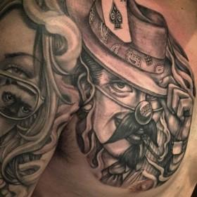 Максиканская татуировка в стиле чикано на ключице мужчины