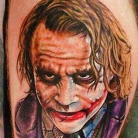 Перекрытие татуировка на ноге парня - джокер