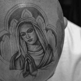 Религиозная татуировка в стиле чикано на голове парня