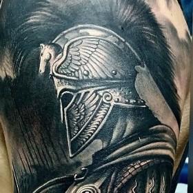 Рисунок гладиатора на плече мужчины