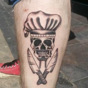 Рисунок ножей с черепом на голени парня