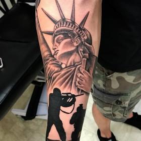 Рисунок статуи свободы на предплечье парня