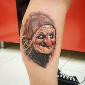 Рисунок ведьмы на голени девушки