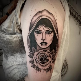 Рисунок ведьмы с розой на плече женщины