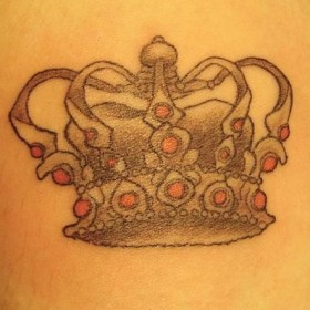 Тату корона на предплечье у девушки