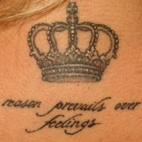 Тату корона с надписью на шее у девушки