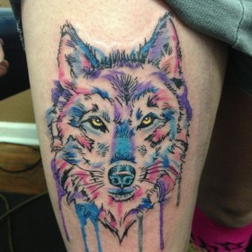Тату на бедрах у девушки - волк