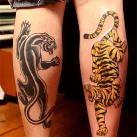 Тату на голенях девушки - пантера и тигр