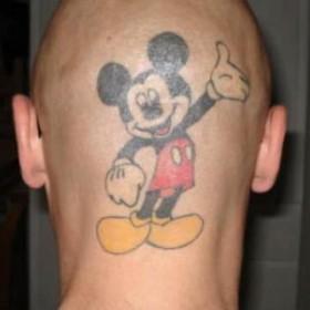 Тату на голове парня - мышь Микки Маус