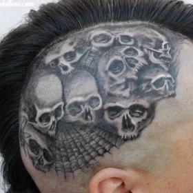 Тату на голове парня - паутина и черепа