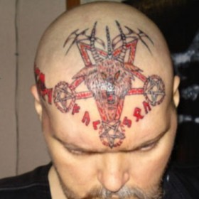 Тату на голове парня - пентаграммы