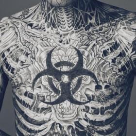 Тату на груди и теле парня - скелет