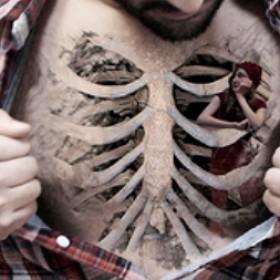 Тату на груди парня - скелет