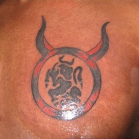 Тату на груди у парня - знак зодиака телец