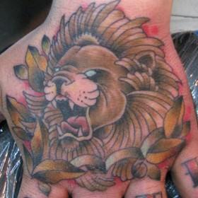 Тату на кисти парня - лев